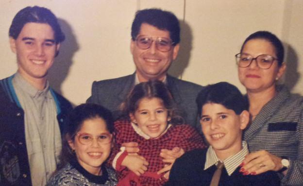 מיכל דליות עם משפחתה בבר מצווה של עידן 1988 (צילום: תומר ושחר צלמים)