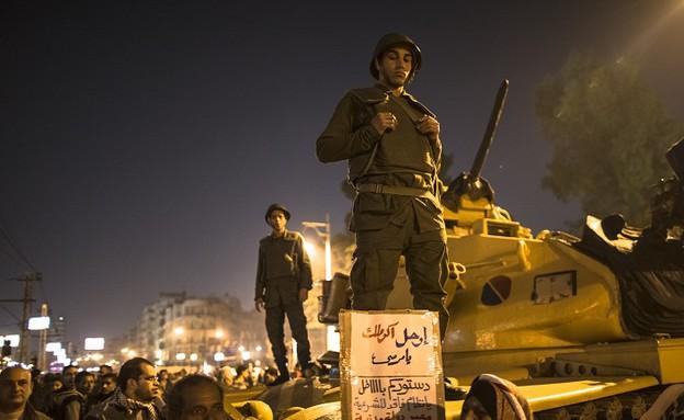 הצבא המצרי והמפגינים בקהיר (צילום: Daniel Berehulak, GettyImages IL)