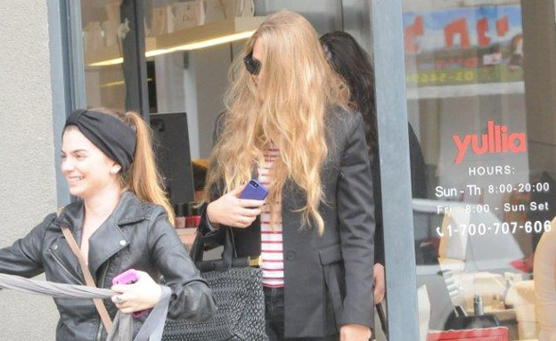 אסתי גינזבורג מסתירה את הפנים (צילום: ברק פכטר)