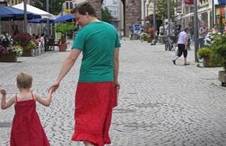 אב ובן בשמלה (צילום: מתוך emma.de)