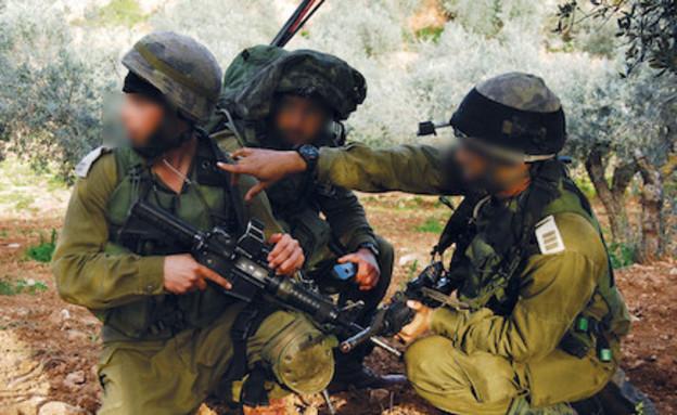 """מפקדים בשטח (צילום: יהונתן בן דוד, עיתון """"במחנה"""")"""