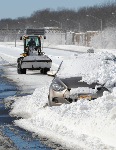 מכוניות תקועות בשלג בכביש המהיר (צילום: AP)
