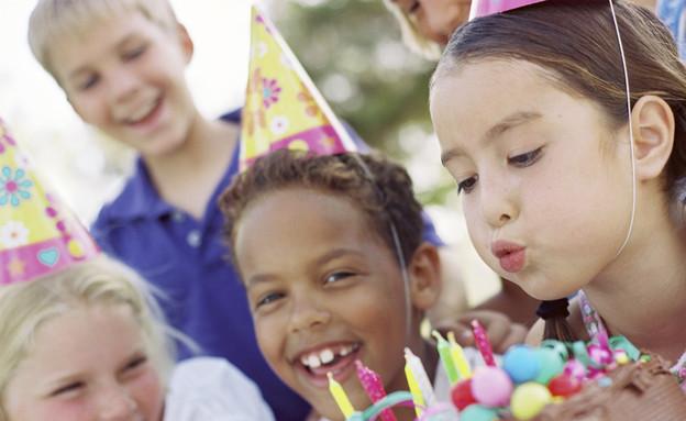 ילדה מכבה נרות על עוגת יום הולדת (צילום: אימג'בנק / Thinkstock)