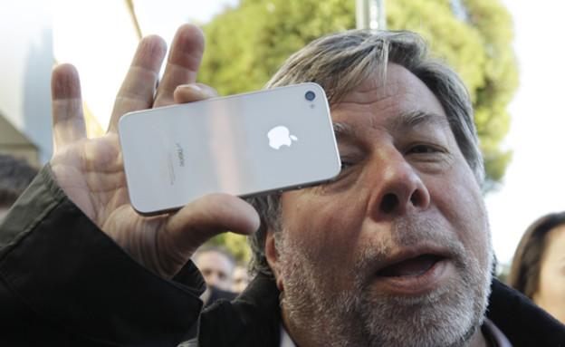 סטיב ווזניאק (ממייסדי אפל) עם אייפון