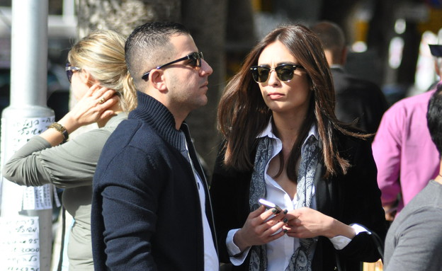 קארין כהן והחבר אריאל מחכים לבית קפה (צילום: צ'ינו פפראצי)