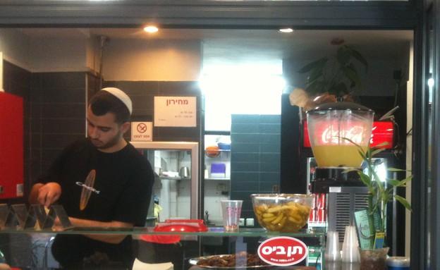 סביח עובד בתל אביב (צילום: תאם סמל, אוכל טוב)