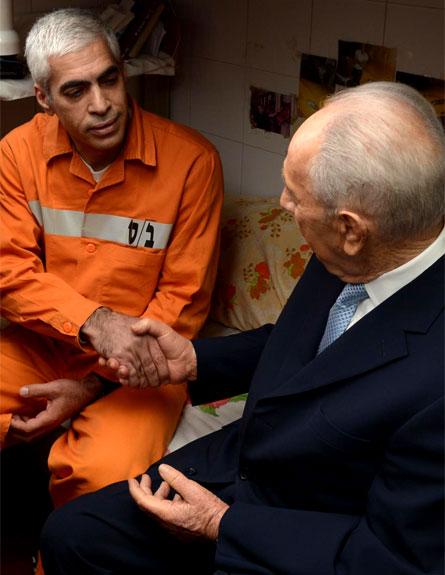 נשיא המדינה שמעון פרס מבקר בבית הכלא איילון (צילום: חדשות 2)