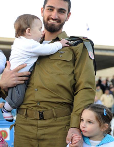 """יצחק שרם ובן הזקונים (צילום: דו""""צ)"""