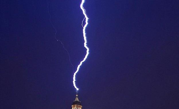 ברק פוגע בוותיקן (צילום: dailymail.co.uk)