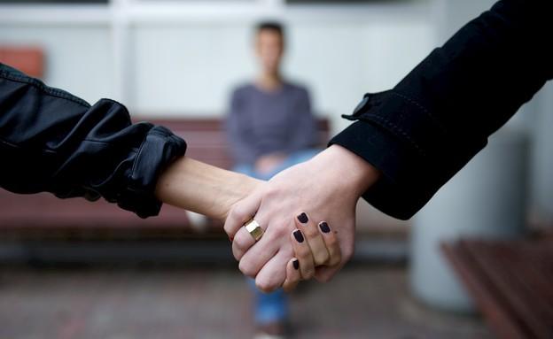 שתי נשים נותנות ידיים (צילום: רועי ברקוביץ)