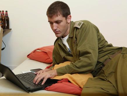 חייל ליד המחשב (צילום: עודד קרני)