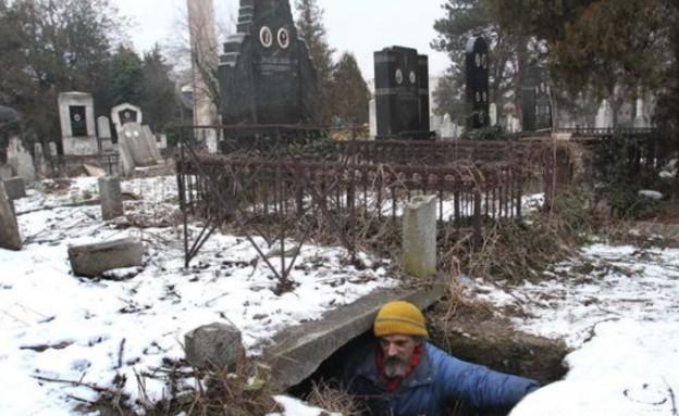 הומלס גר בקבר 15 שנים