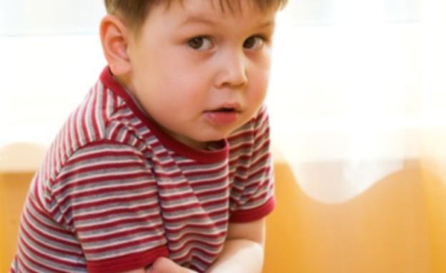 ילד מחזיק את הבטן (צילום: אימג'בנק / Thinkstock)