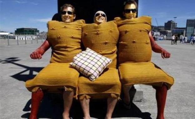 תחפושות כסאות (צילום: thevelvetrocket.com)