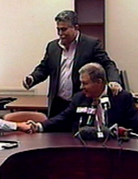 עמרם מצנע לחיצת יד עמיר פרץ (צילום: חדשות 2)