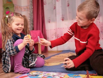 ילדים משחקים בקלפים