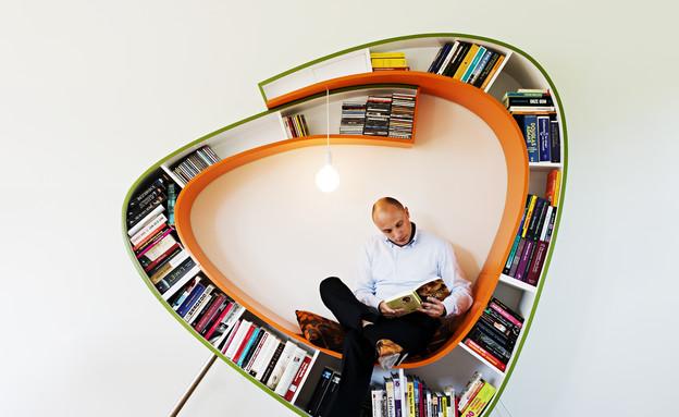 אטלייה, איש עם ספרייה (צילום: Caren Huygelen)