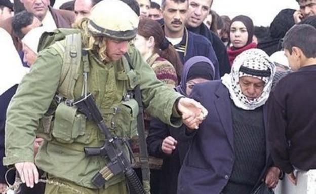 חייל עוזר לאדם מבוגר ללכת