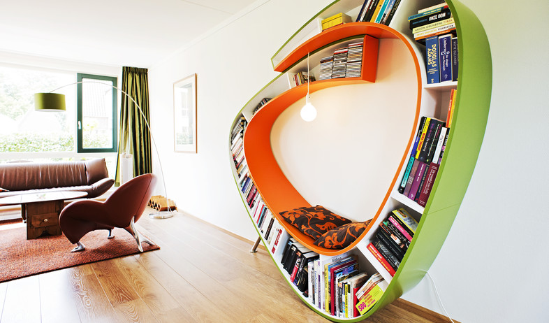 אטלייה, ספרייה בסלון (צילום: Caren Huygelen)