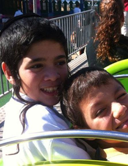 דניאל ואוריאל, בימים שמחים יותר (צילום: משפחת ונג)