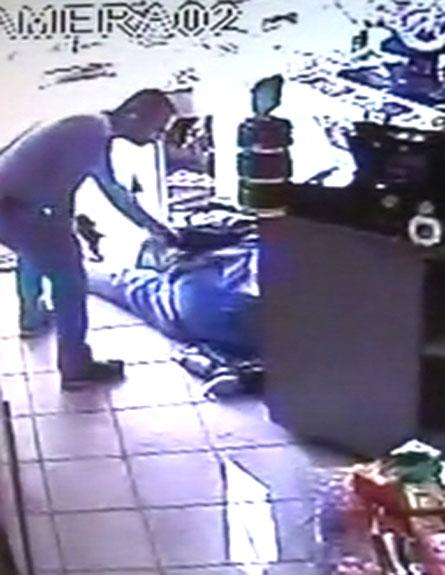 צפו: צעיר תקף קשיש ונמלט (צילום: חדשות 2)