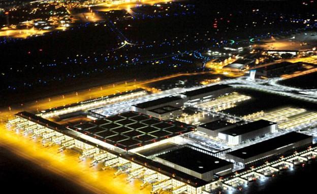 אורות שדה התעופה ברלין (צילום: dailymail.co.uk)