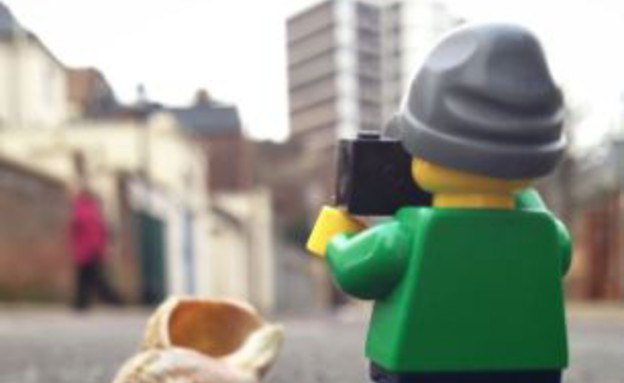 ליד קונכייה, תייר הלגו (צילום: dailymail.co.uk)