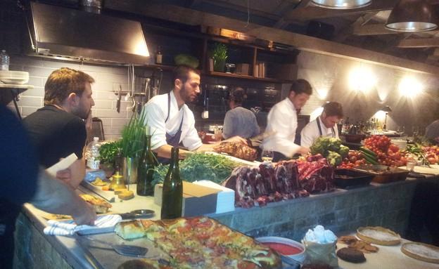 מסעדת סלון, המטבח הפתוח (צילום: פאולין שובל, אוכל טוב)