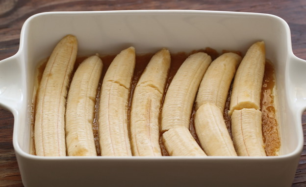 עוגת בננה הפוכה - הבננות בתבנית (צילום: חן שוקרון, אוכל טוב)