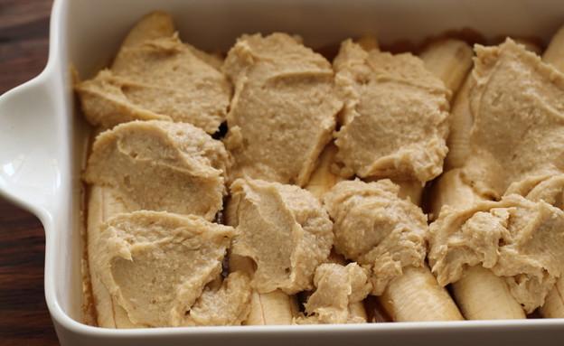 עוגת בננה הפוכה - מתחילים לכסות במילוי (צילום: חן שוקרון, אוכל טוב)