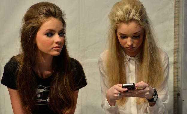נערות משועממות עם סלולרי (צילום: Stefan Gosatti, GettyImages IL)