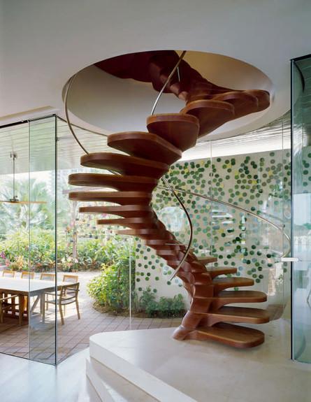 מדרגות חור עגול