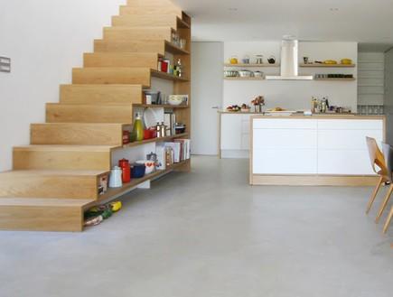 מדרגות עם כלי מטבח מרחוק