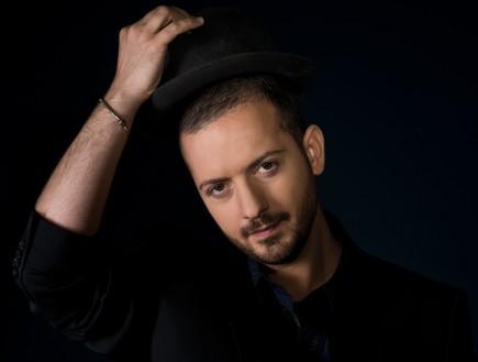 יהודה סעדו מחזיק כובע (צילום: פיני סילוק)