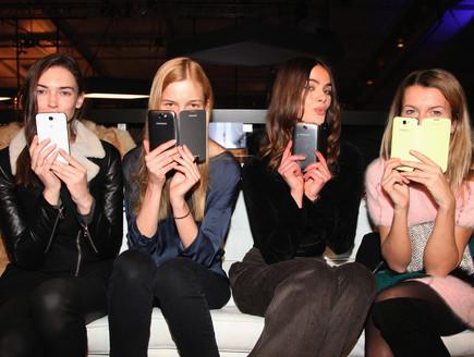 בחורות עם סלולריים  (צילום: Donald Bowers, GettyImages IL)