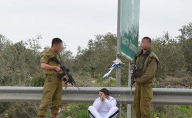 חיילים עם עצור במחסום (צילום: סוכנות תצפית)