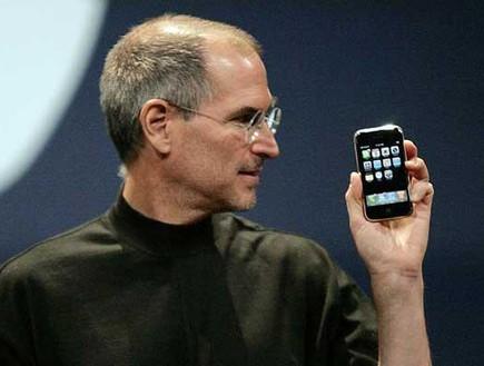 סטיב ג'ובס אייפון (צילום: רויטרס)