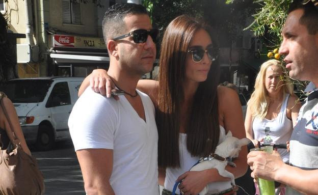 קארין כהן והחבר בבית קפה בתל אביב (צילום: צ'ינו פפראצי)