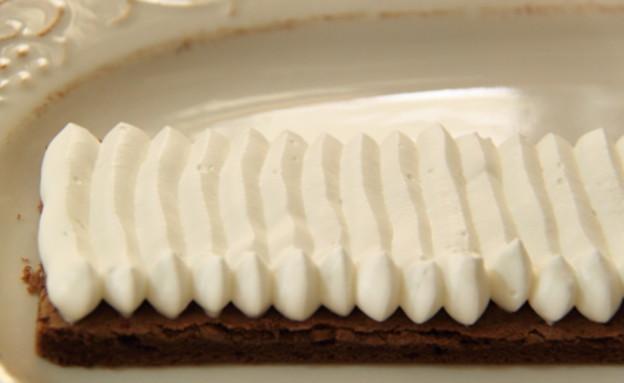 עוגת שכבות שוקולד וקצפת לפסח - הזילוף (צילום: חן שוקרון, מתוקים שלי)