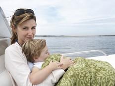 ילד ישן על אמא שלו (צילום: אימג'בנק / Thinkstock)