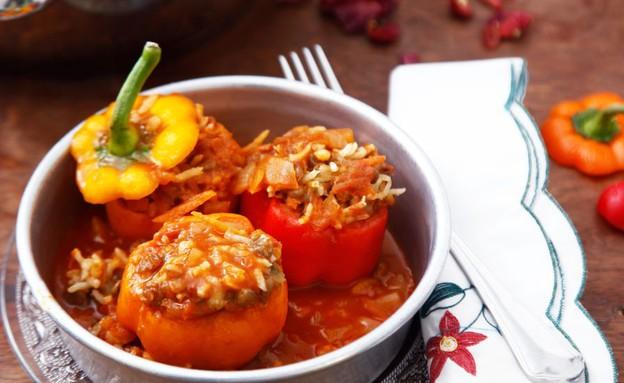 פלפלים ממולאים בקטניות ברוטב עגבניות וחלב קוקוס (צילום: אפיק גבאי, אוכל טוב)