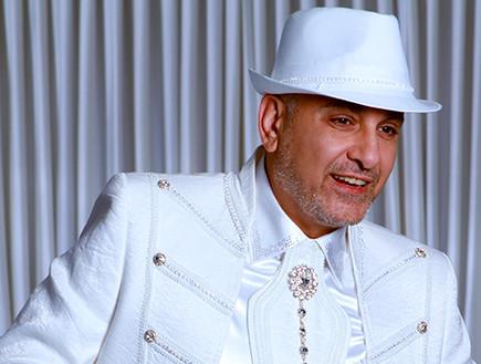 עופר לוי לבוש לבן (צילום: אלי אזולאי)