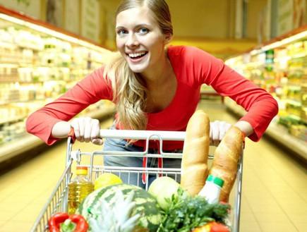 אישה בסופרמרקט
