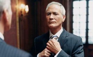 גבר מסתכל במראה (צילום: Shutterstock)