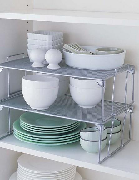 סידור ארונות, צלחות וקערות (צילום: www.skcnis.com)