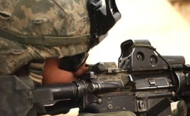 חייל מביט דרך כוונת (צילום: EOtech)