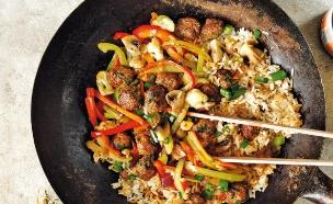 אורז מטוגן עם ירקות וכדורי בשר (צילום: דניה ויינר, הכל במחבת, הוצאת מודן)