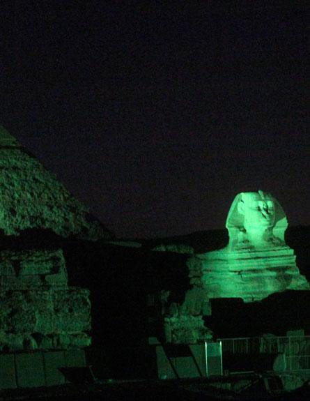 הפירמדיות במצרים נצבעו ירוק, אמש (צילום: רויטרס)