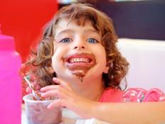 ילדה אוכלת שוקולד (צילום: אימג'בנק / Thinkstock)
