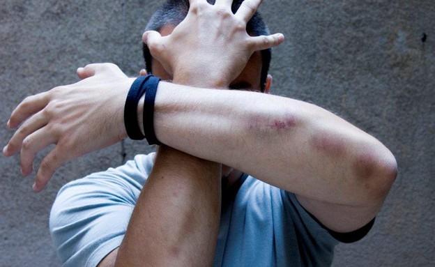 בחור מסתיר את הפנים עם הידיים אלימות (צילום: אימג'בנק / Thinkstock)